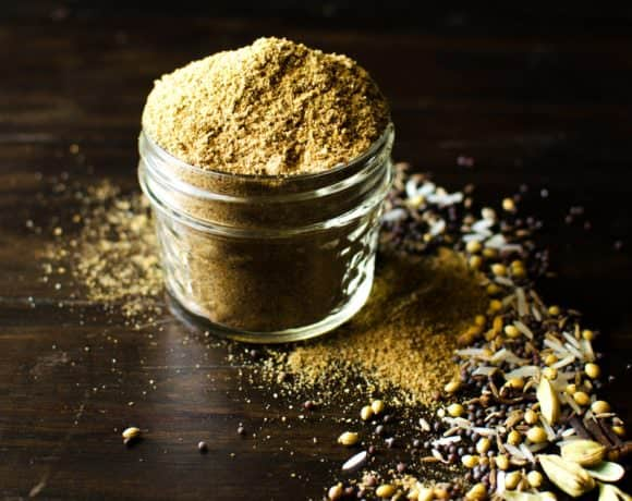 Sri Lankan Roasted Curry Powder - This roasted curry powder is deeply aromatic and has very robust and complex flavors. The ingredient ratios are easy to remember (4:3:2:1 and 3:2:1), so go ahead and make a big batch and use it any way you like to make flavorful curry dishes!