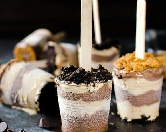 Cookie Butter and Chocolate Fudge Pops - Melt in your mouth creamy, smooth, sweet and salty Cookie Butter and Chocolate Fudge Pops, topped with crushed Oreos and Biscoff cookies!