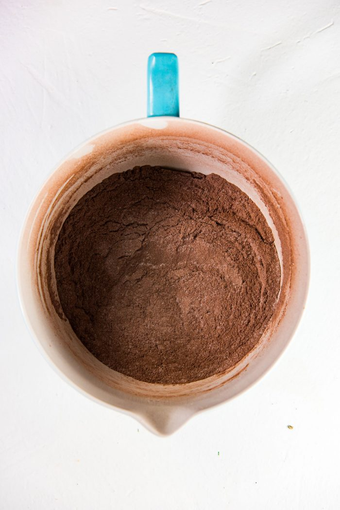 One Bowl Chocolate Cake - Mix the fry ingredients in a bowl to remove lumps. Dutch powder cocoa gives the cake a nice dark color.