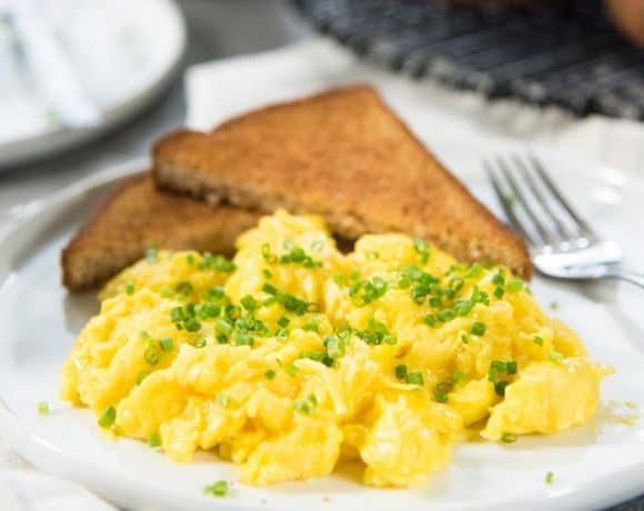 Creamy, Fluffy and perfect Scrambled Eggs in 1 minute - Learn how to make scrambled eggs at home with this fool proof recipe! Perfect for weekend brunch or week day breakfasts.