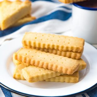 Easy Shortbread Cookies - Buttery, crumbly and light classic shortbread cookies that are easy to make with the minimal amount of ingredients you ALWAYS have in your kitchen! Make the classic version or scottish shortbread. With tips and tricks to make these cookies easily for any occasion!