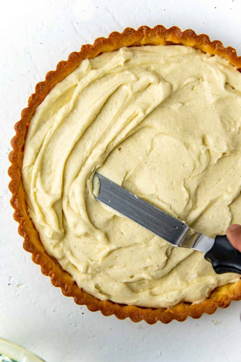 Filling the tart with the pastry cream base